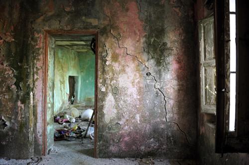 Statale 106 lens for Seminterrato di case abbandonate